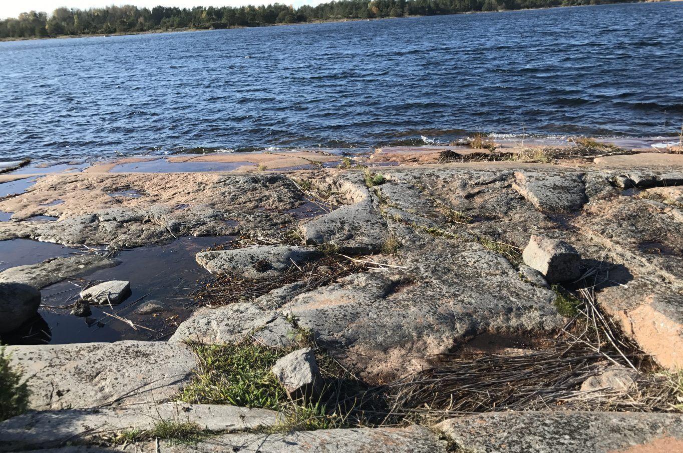 Vackert strandområde med en fritidsbostad på Gloskär i Bovik, Hammarland.