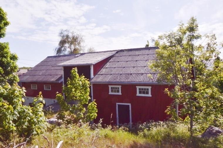 Bostadshus med gårdsbyggnader i Kumlinge by och kommun.