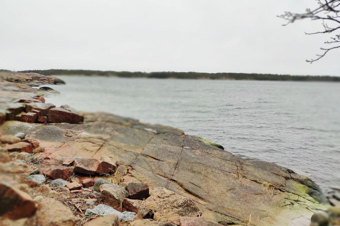 Fin bergsbunden strandtomt med västerläge på Mellanön i Eckerö