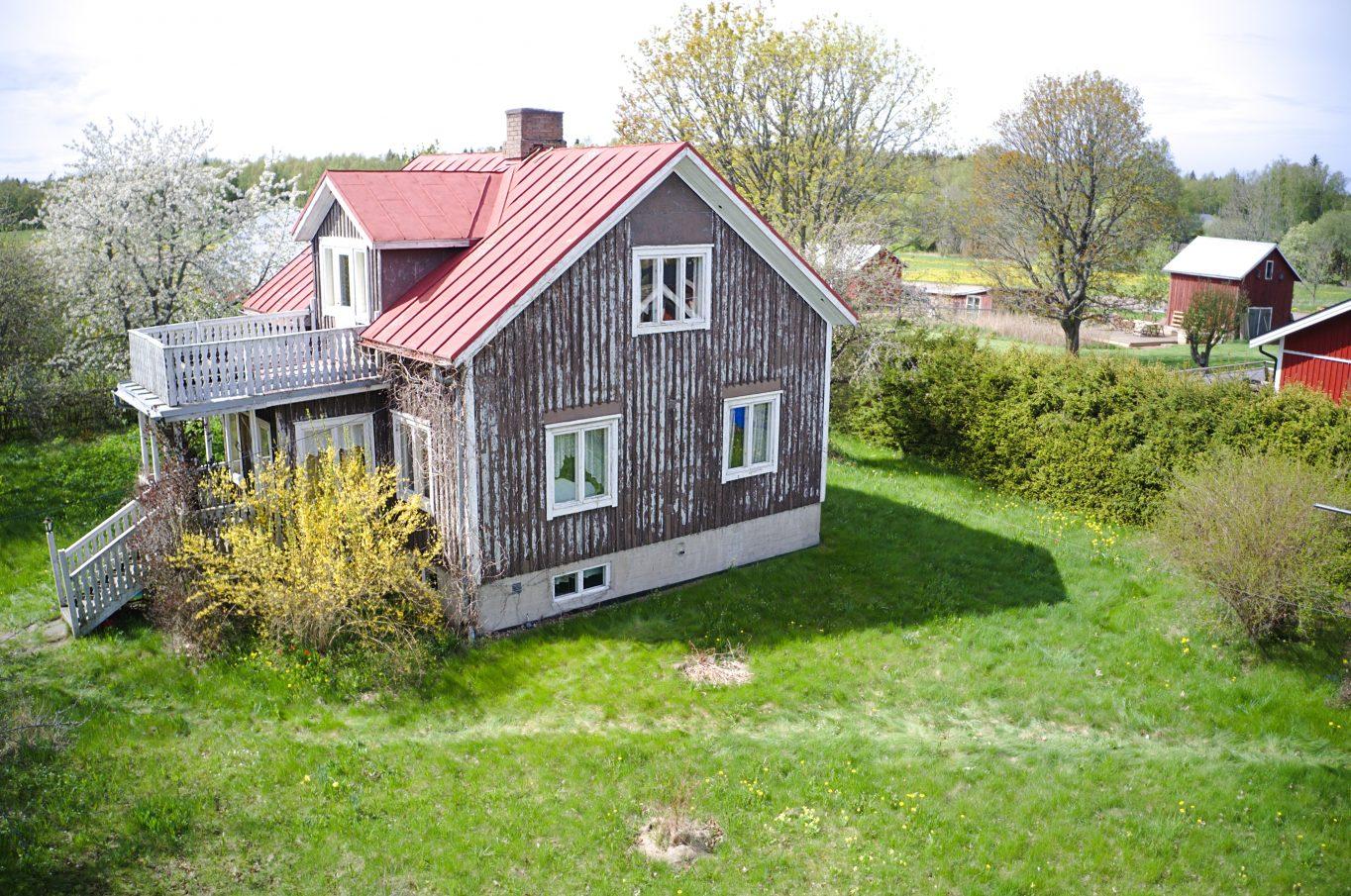 Charmigt bostadshus med tillhörande gäststuga i Bjärström, Finström