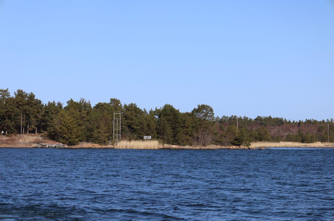 Bostadshus med en stor ladugård, gårdstomt och två strandområden i Jyddö, Föglö.