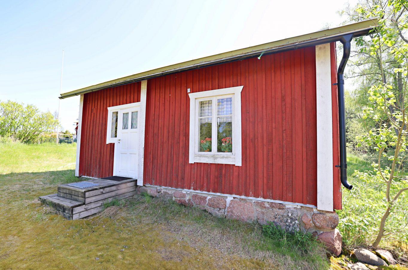 Charmigt torp med ladugårdsbyggnad i Tosarby, Sund.